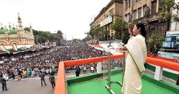 21 जुलाई के रैली को संबोधित करती ममता बनर्जी