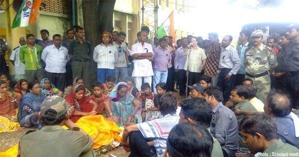 लाश के साथ तृणमूल ठेका मजदूर संगठन के बैनर तले सभी बेरोजगार ठेका श्रमिक ने दिया धरना