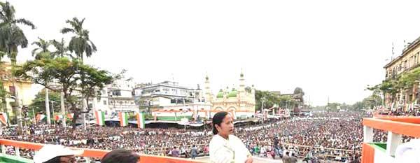 अपने चीर-परिचित उग्र स्वभाव से ममता बनर्जी ने रैली को संबोधित किया