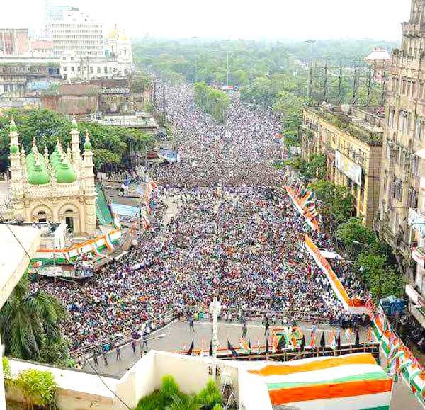धर्मतला रोड पर ममता बनर्जी ने रैली को संबोधित किया