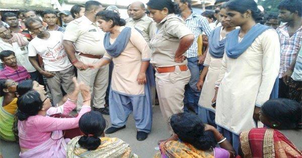 तिरपाल की मांग पर रास्ता अवरोध कर रहे प्रदर्शनकारियों पर पुलिस ने लाठी चार्ज किया