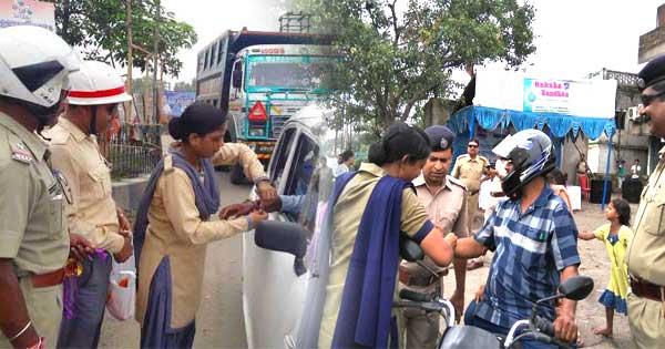 रक्षा बंधन पर पुलिस ने बांधी राखी