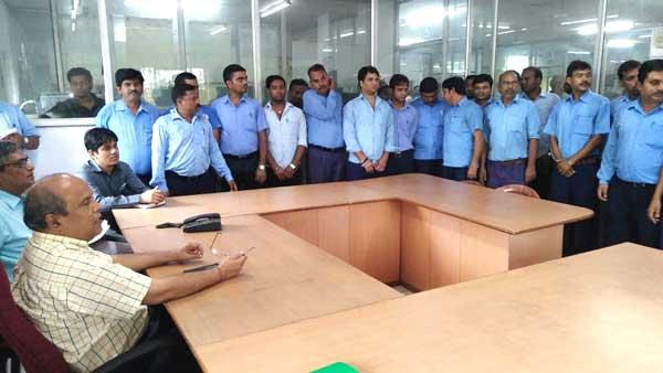 पी.के. मिश्रा, मंडल रेल प्रबंधक, आसनसोल लोको कर्मचारियों से बात करते हुये
