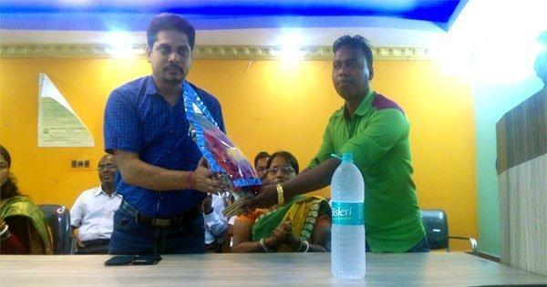 अंडाल बीडीओ मानस कुमार पांडा को गुलदस्ता देकर सम्मानित करते काजोड़ा ग्राम पंचायत प्रधान अजित रूईदास