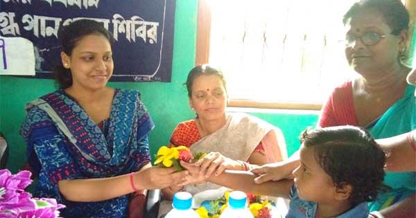 मातृ दूध दिवस कार्यक्रम में सीडीपीओ मनोदीप माजी का स्वागत करती महिलाएं