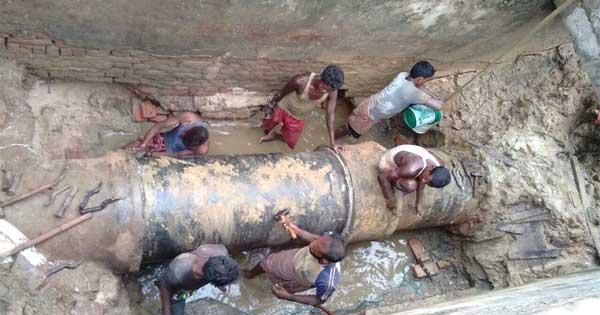 मुख्य पाइप फट जाने से हुयी पानी की समस्या