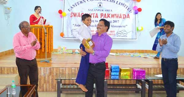 """स्वच्छता पखवाड़ा कार्यक्रम , सलानपुर में शामिल एक बच्चे को गोद में उठाए """"डायरेक्टर टेक्निकल ईसीएल ए. के. सिंह"""""""