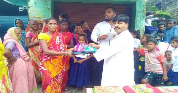 स्वतंत्रता दिवस के उपलक्ष्य में गरीबों के बीच बूढ़ा खान ने वस्त्र वितरण किया