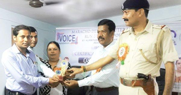 युवा पत्रकार ओम शर्मा को सम्मानित करते मिहिजाम थाना प्रभारी अजय सिंह , संस्था की अध्यक्षा दुर्गा शर्मा एवं सीआरपीएफ़ सहायक कमांडेंट