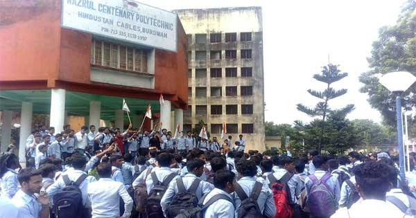 पानी की मांग पर छात्रों ने किया जल विद्रोह
