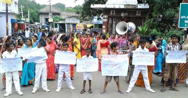 देह व्यापार के खिलाफ आंदोलन करते महिला व बच्चे