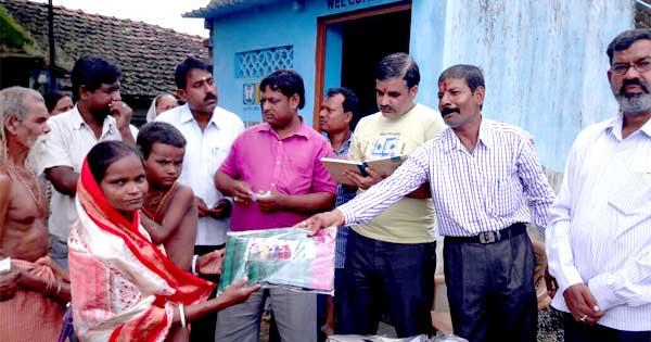गरीबों में वस्त्र वितरण करते जन विकास सेवा संघ के सदस्यगण एवं आनंदलोक के प्रतिनिधि