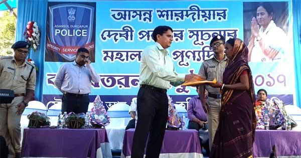 गरीबों में वस्त्र वितरण करते पुलिस आयुक्त लक्ष्मी नारायण मीना