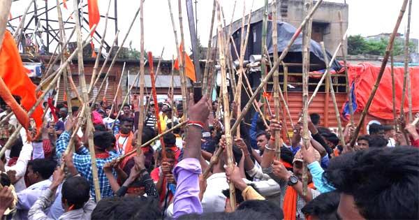 अखाड़े में जय श्री राम और जय माता दी का नारा लगाते भक्त