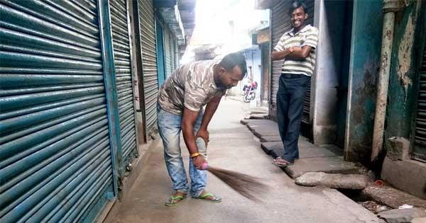 हर रोज पूरी गली में करते हैं सफाई जिसमें दर्जनों दुकानें हैं