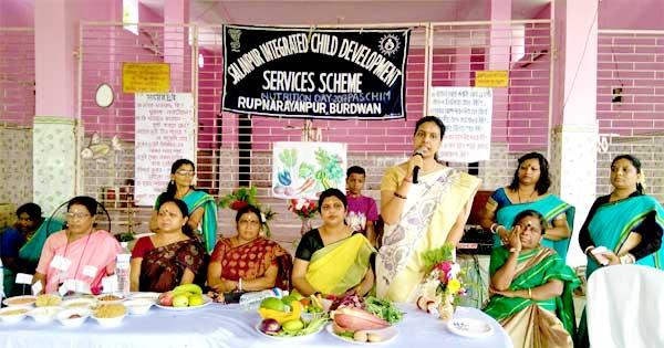 पौष्टिक जागरूकता कार्यक्रम में आईसीडीएस कर्मियों एवं माँओं को संबोधित करती सीडीपीओ मनोदीपा मांझी