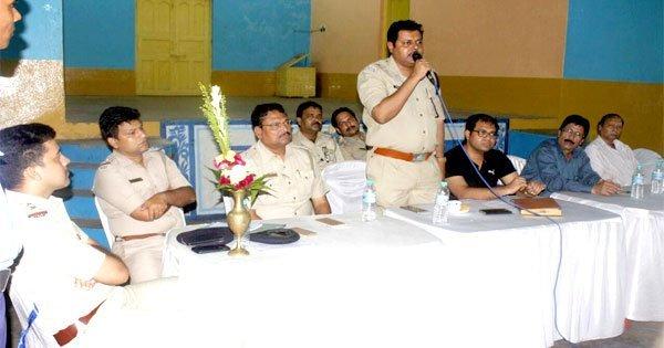 शांति बैठक में शामिल अतिथि ए डी सी पी(वेस्ट) अनामित्रा दास, व ए सी पी (वेस्ट) अग्निस्वर चौधरी तथा सलानपुर थाना प्रभारी एस के चौधरी एवं अन्य पुलिस अधिकारी