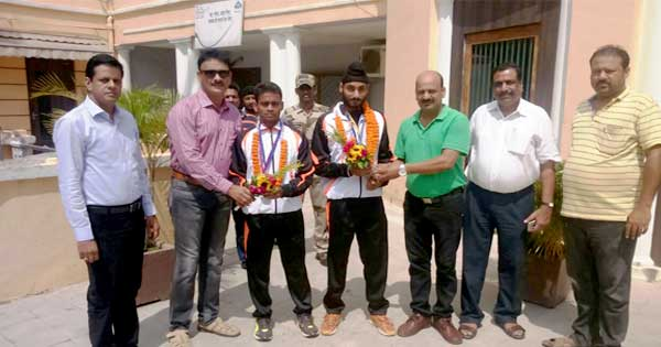 अमृतपाल सिंह(दायें) दीपांकर चक्रवर्ती (बाएँ) को सम्मानित करते कुल्टी मदद फाउंडेशन के सदस्य