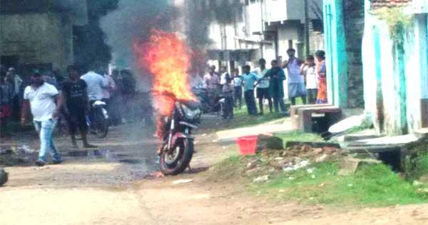 पहले धुआँ उठा फिर धू-धू कर जलने लगी बाइक