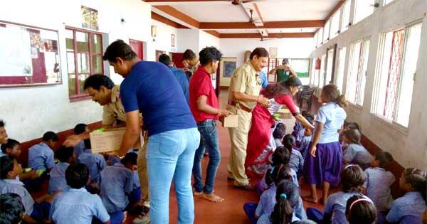 अनाथ आश्रम में बच्चों को चॉकलेट व बिस्कुट का वितरण किया