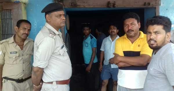 दुकान के सामने चोरी की घटना का जायजा लेते पुलिसकर्मी