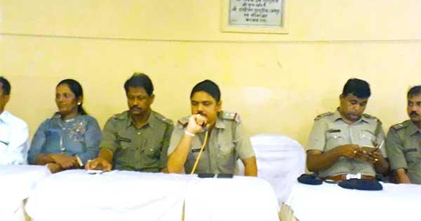 दुर्गापूजा के मद्देनजर शांति बैठक करते पुलिस अधिकारी साथ में बोरो चेयर पर्सन संगीता सारडा