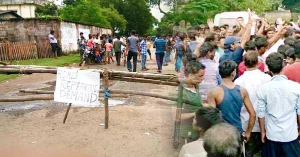 बदहाल सड़क के खिलाफ लोगों का फूटा गुस्सा, सीतारामपुर में किया सड़क जाम