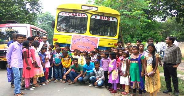 गरीब बच्चों को पुजा भ्रमण के लिए ले जाते स्वदेशी विकास केंद्र के सदस्यगण