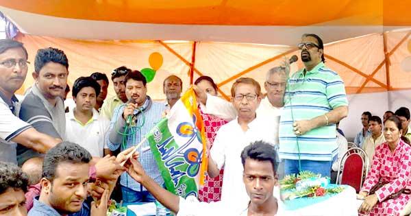तृणमूल का झण्डा पकड़ाकर नए कार्यकर्ताओं को तृणमूल पार्टी में शामिल किया गया