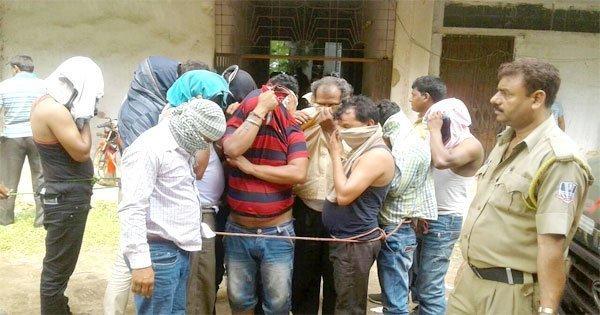 दुर्गापुर कोर्ट में कैमरे के सामने अपना मुंह छिपाते आरोपी
