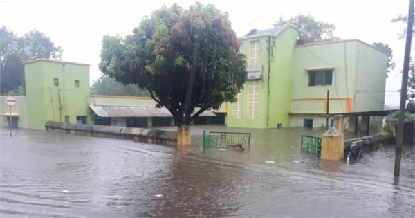बारिश के पानी से लबालब डाबर कोलियरी कार्यालय