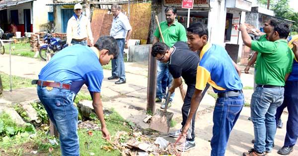 'स्वच्छता ही सेवा दिवस' में भाग लेते चिरेका स्काउट गाइड के सदस्य
