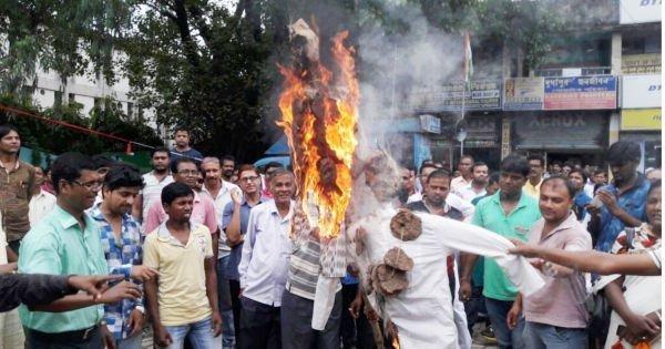 दुर्गापुर में नरेंद्र मोदी और अमित शाह का पुतला फूंकते तृणमूल कार्यकर्ता