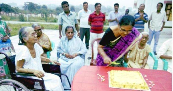 वरिष्ठ नागरिको द्वारा केक काट कर वरिष्ठ नागरिक दिवस के रूप में मनाया गया