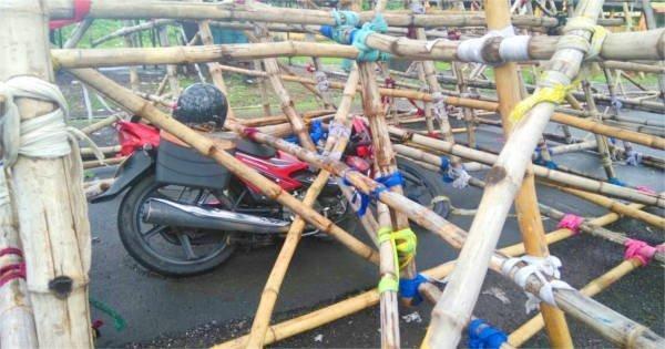 गिरे हुए तोरण द्वार के नीचे फंसी काँटाबाबू की बाइक