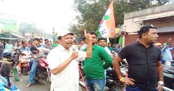 रैली को संबोधित करते तृणमूल नेता सुमिरन भट्टाचार्य कल्याणेश्वरी