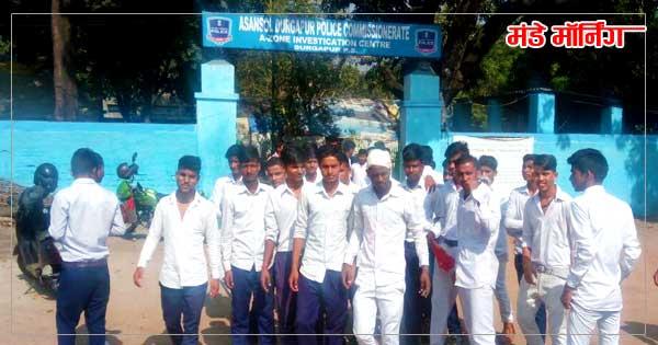 दुर्गापुर प्रांतिका फांड़ी के बाहर प्रदर्शन करते भारती हिंदी स्कूल के छात्र