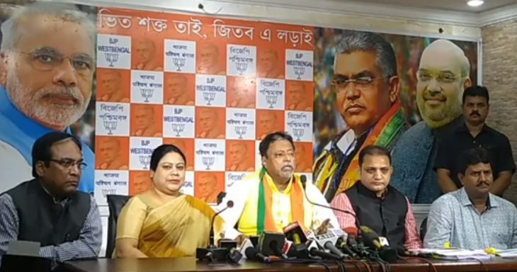 पत्रकारों को संबोधित करते हुए मुकुल रॉय