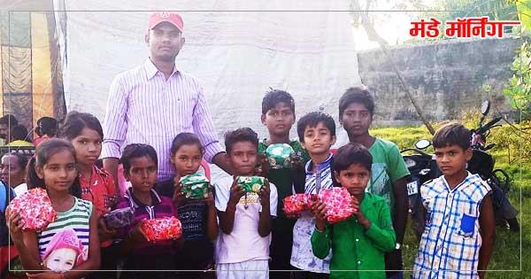 विजेता विद्यार्थियों के साथ विद्यालय के शिक्षक राकेश बिंद