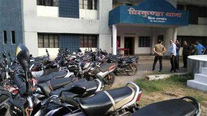 चिरकुंडा थाना प्रांगन में जब्त बंगाल के सैकड़ो वाहन, झारखण्ड और बंगाल पुलिस की अंतर्कलह की भेद स्पष्ट कर रही है.