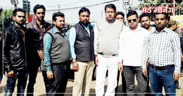 नियामतपुर में भाजपा समर्थकों के साथ मंत्री रणधीर सिंह(बीच में)