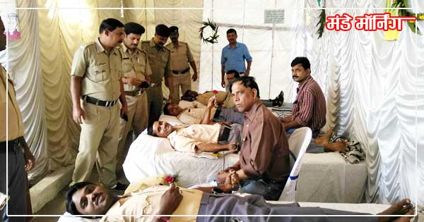 कल्याणेश्वरी में रक्तदान करते पुलिसकर्मी