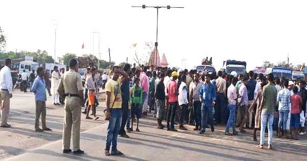 ट्रैफिक व्यवस्था व स्ट्रीट लाईट को दुरुस्त करने को लेकर सड़क पर प्रदर्शन करते लोग