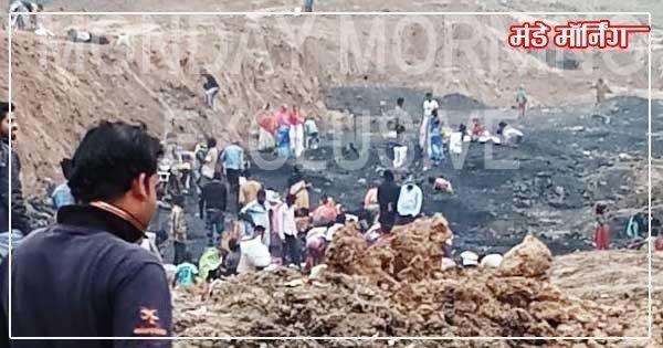 कुआरडीह के अवैध कोयला खदान से कोयला लूटते ग्रामीण