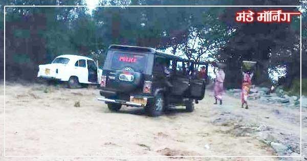 पुलिस की गाड़ी के बगल से कोयला ले जाती महिलाएं।