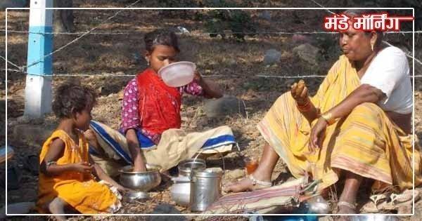 संग्रह किए गए झूठे खानों से भूख मिटाते बच्चों के साथ माँ