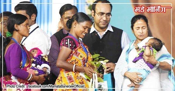 कांकसा (दुर्गापुर) में एक सभा के दौरान आदिवासी बच्चे को प्यार करतीं मुख्य मंत्री ममता बनर्जी