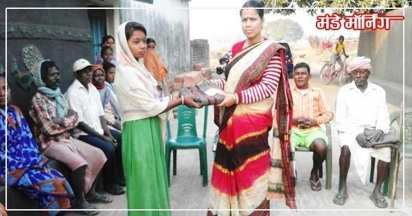 गरीब लोगों को कंबल वितरण करते स्वदेशी विकास केंद्र के कार्यकर्ता