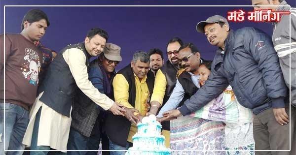 केक काटकर मुख्य मंत्री ममता बनर्जी का जन्म दिन मनाते जितेंद्र तिवारी, शिव दासन दासु एवं अन्य तृणमूल नेतागण
