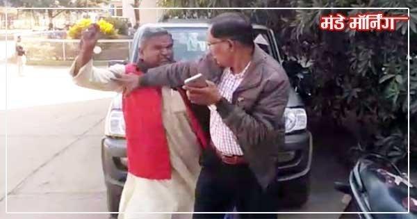 डीटीओ अधिकारी की पिटाई करते भाजपा नेता